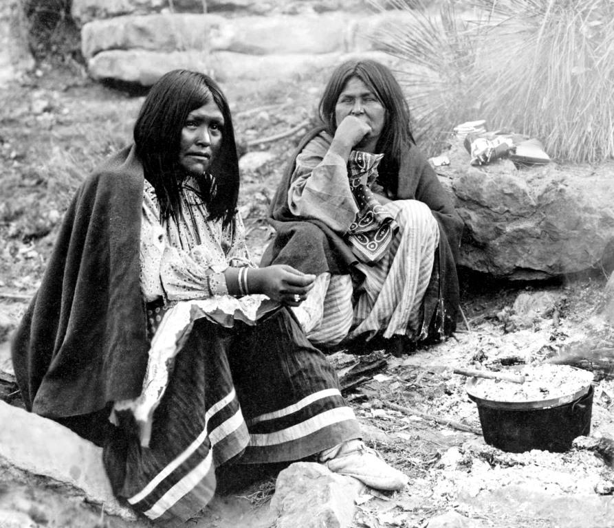 Kobiety Apaczów przy ognisku. Fot. Edward S. Curtis. Creative Commons (domena publiczna)