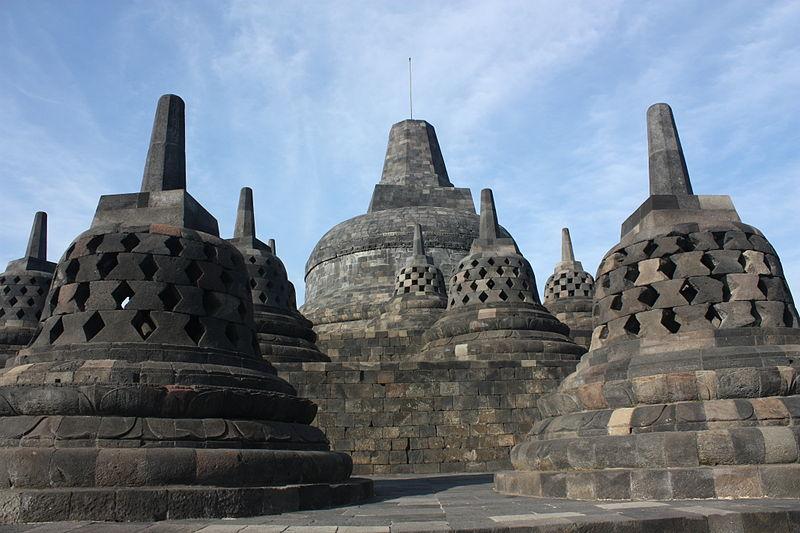 Stupy z Borobudur. Fot. Arian Zwegers. Creative Commons