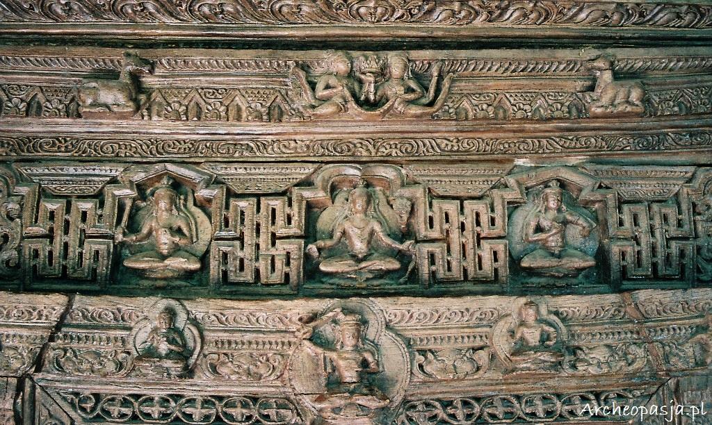 Kunsztownie rzeźbiona rama drzwiowa. Klasztor Alchi w Ladakhu
