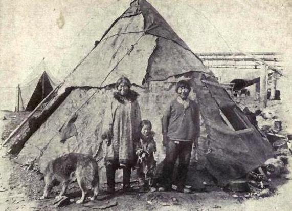 Eskimoska rodzina z psem rasy Alaskan malamute. Creative Commons (domena publiczna)