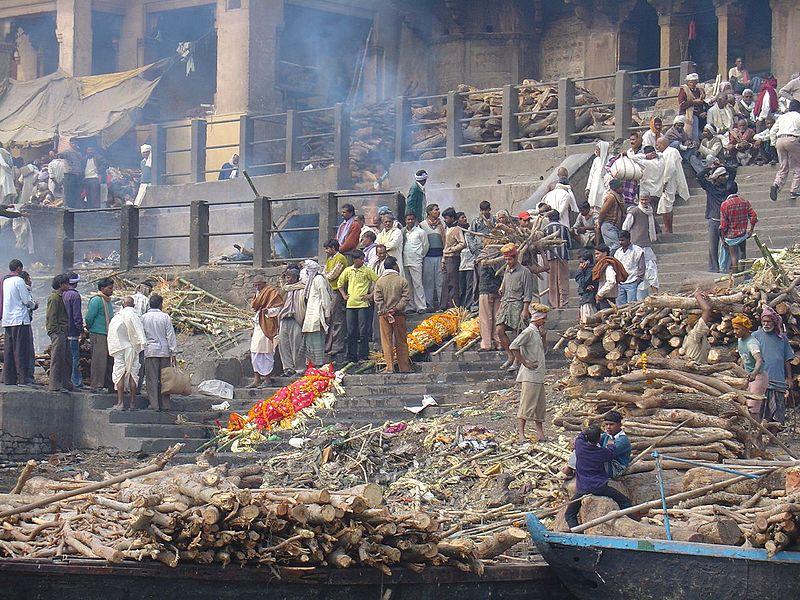 Przygotowania do kremacji w Waranasi. Fot. Mandy. Creative Commons