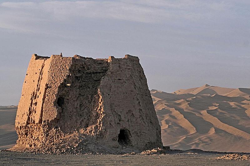 Ruiny wieży strażniczej w rejonie Dunhuangu. Fot. The Real Bear. Creative Commons