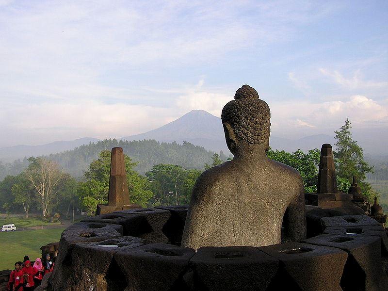 Statua Buddy z Borobudur. Fot. Frank Wouters. Creative Commons