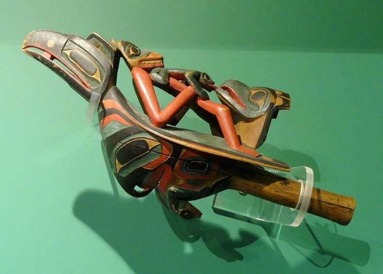 XIX -wieczna grzechotka (Tlingit lub Haida), przechowywana w Peabody Museum, Harvard University. Creative Commons (domena publiczna)
