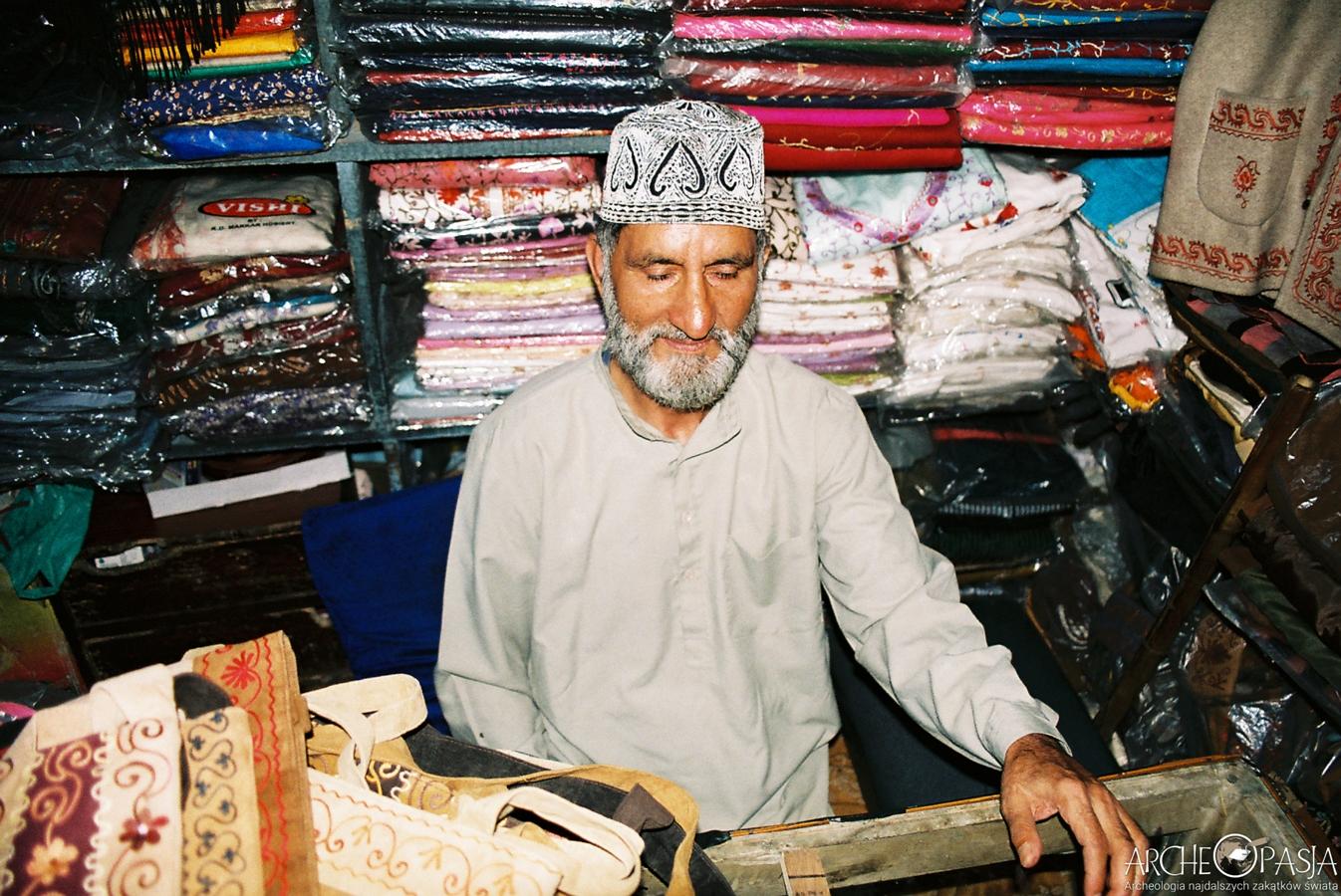 Sprzedawca lokalnego, kaszmirskiego rękodzieła w Śrinagarze