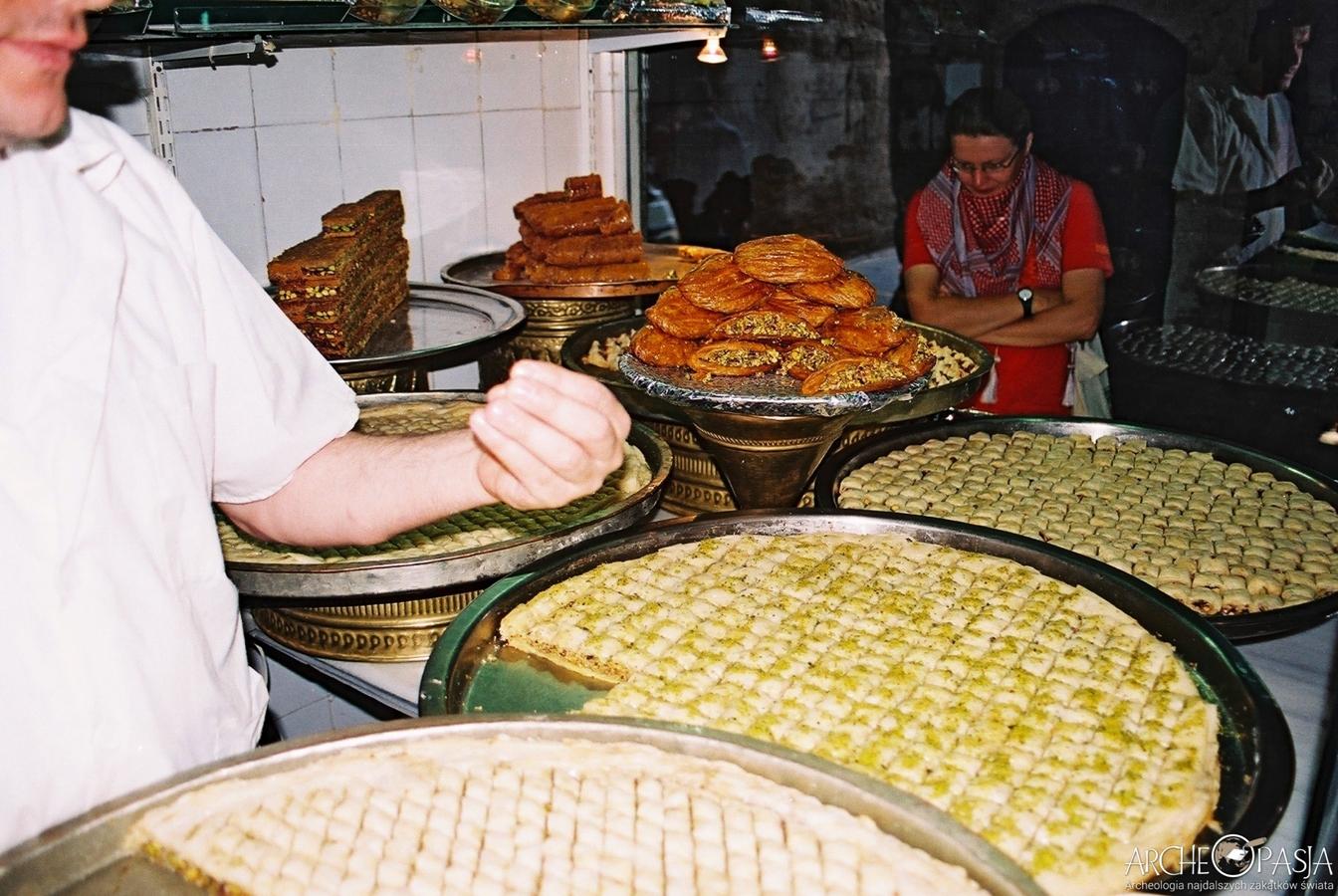 Niesamowicie słodkie arabskie słodycze na suku w Aleppo