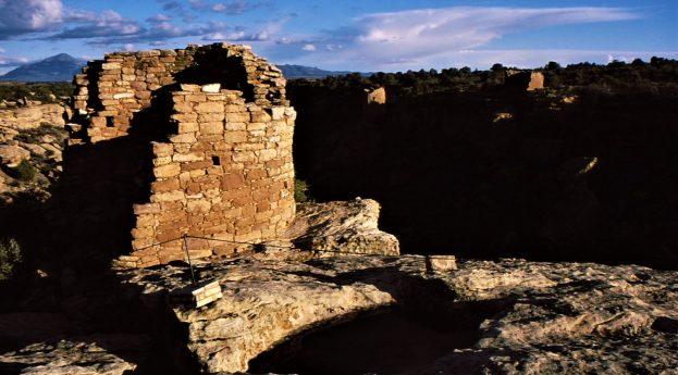Ruiny w krajobrazie Południowego Zachodu USA. Przeszłość zapisana na 25 analogowych fotografiach