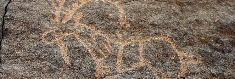 O rytach i starożytnym krajobrazie w rejonie Jubbah, Arabia Saudyjska